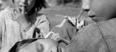 Le Consulat Général de la Turquie à Genève, a organisé une exposition de photographies de YILDIZ MORAN à la Galérie Héritage, Rue du Perron 25, 1204 Genève YILDIZ MORAN PHOTOGRAPHE, AUTEUR DE DICTIONNAIRE, EDITRICE, TRADUCTRICE ● (1932-1995) Yıldız Moran Arun, née le 24 Juillet 1932, à İstanbul, Turquie. A réalisé sa première exposition en 1953 à Cambridge. Entamé sa carrière de photographe professionnelle en Angleterre. Rentrée en Turquie en 1954. Entre 1955-1962, exposé ses photos lors de nombreuses expositions qu'elle a réalisé au niveau national et international. L'Institut de la Photographie de l'Académie des Beaux-Arts d'Istanbul, en 1982, lui a décerné le titre de membre honoraire au regard de ses apports à l'art de la photographie en Turquie. Le 15 Avril 1995, Yıldız Moran nous a quitté, laissant derrière elle des photographies remarquables pour l'histoire de la photographie. Moran, qui n'a eu que 12 années de vie active en tant que photographe, a toujours été une exemple pour les générations qui lui ont succédé. Ses œuvres inoubliables font partie du monde de la photographie avec leur présence dans des collections de musées, des livres, des expositions.